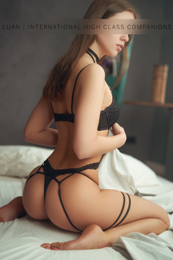 Hannah in sexy black dessous