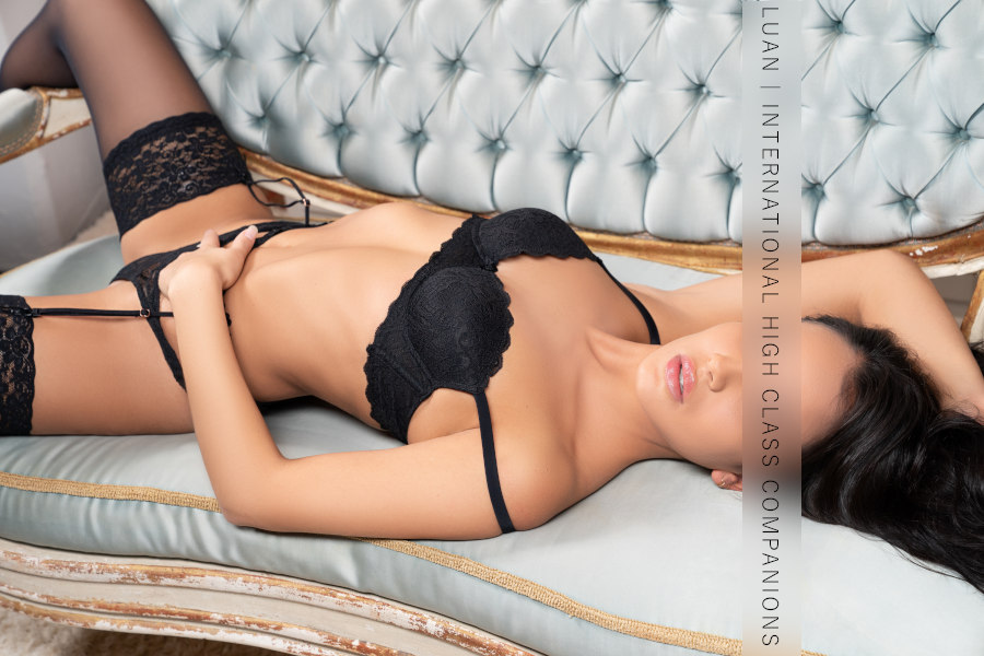 Escort in black dessous